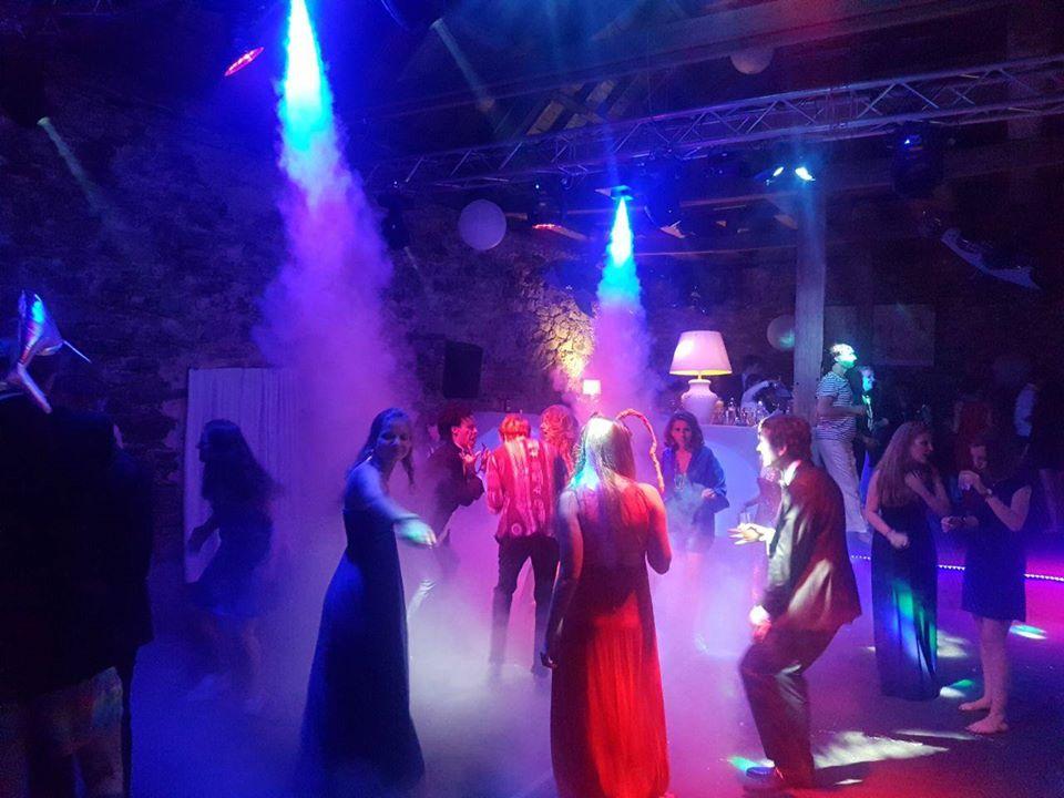 Ausschnitt der Tanzfläsche eines Abiball`s mit Licht und Tontechnik von LTM Veranstaltungstechnik