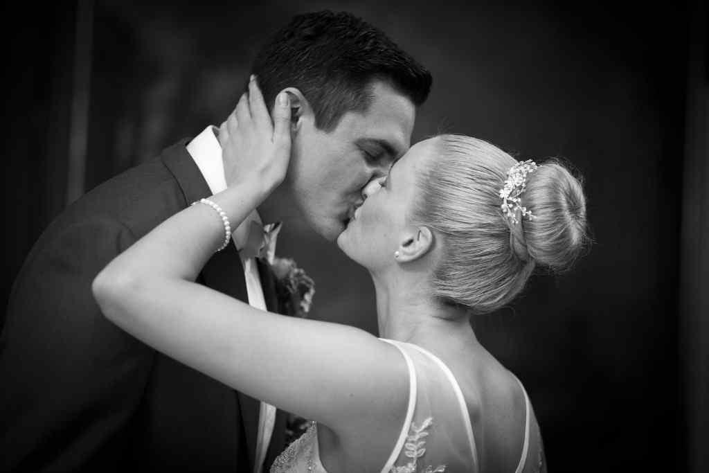 Brautpaar Kuss, Hochzeitskuss